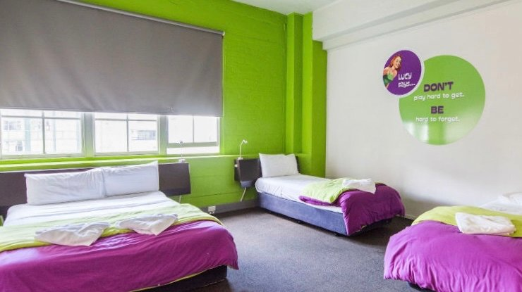 Juicy Snooze cheep hotel room in Aukland suitable for families.