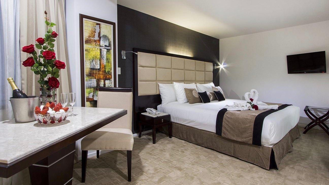 VR Queen Street Hotel Deluxe King Suite huge comfy bed