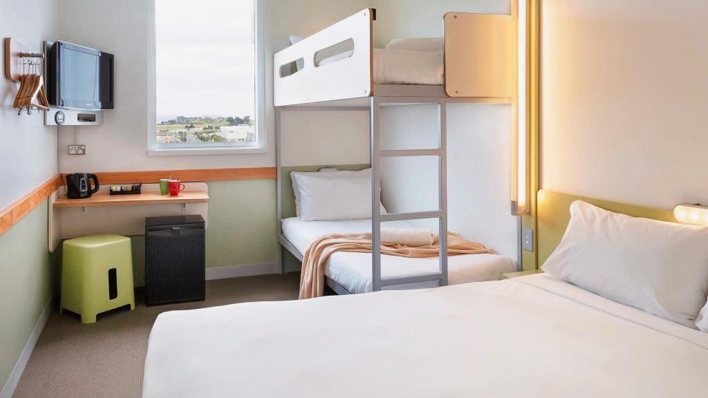 Cheap Hotel room with double bed and 2 bunks for kids at ibis budget Auckland Airport hotel
