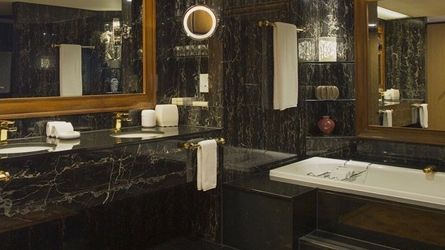 5 star hotel bathroom at the Stamford Plaza Hotel in Auckland'[s CBD