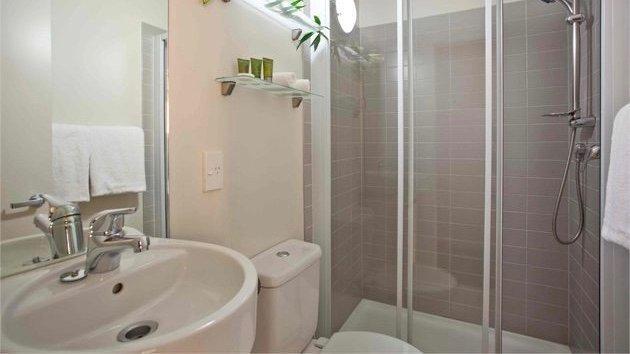 the quadrant hotel bathroom