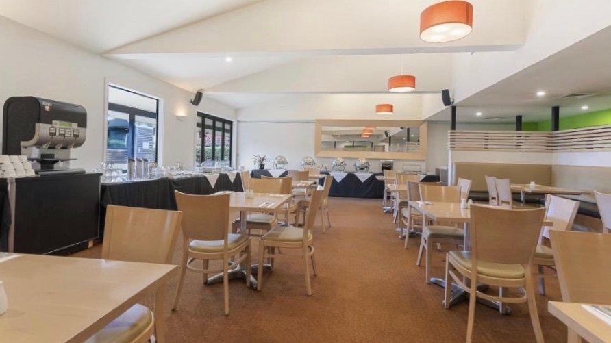 Quality Inn Lincoln Green Restaurant Interior