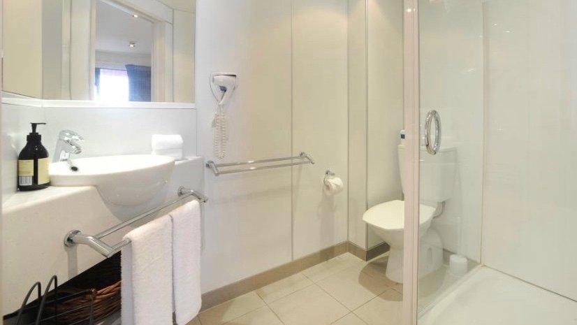 Quality Inn Lincoln Green standard bathroom